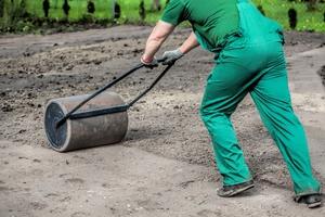 Выравнивание участка для газона